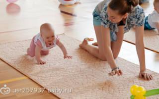 Когда ребенок начинает ползать, со скольки месяцев
